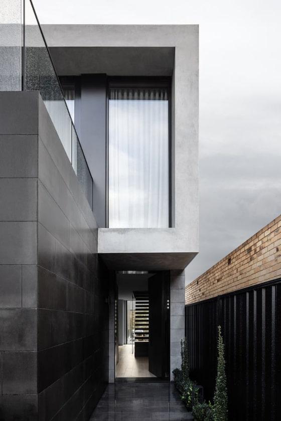 石材による重厚な住宅
