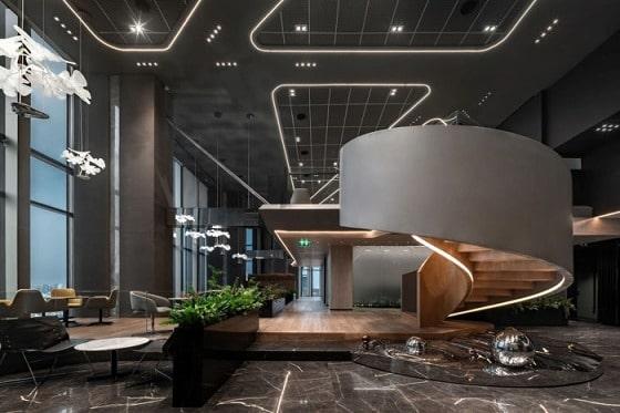 ライン状の照明が印象的なオフィス