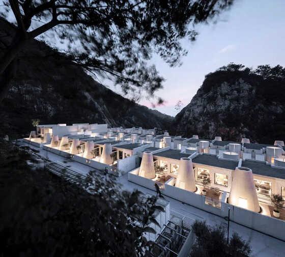 白いホテルは、かつて採石場だった・・